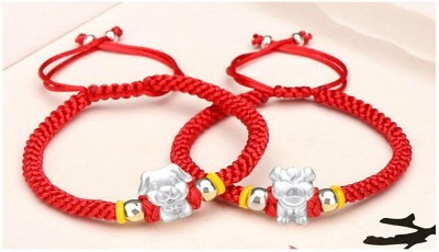 10fcd69c43cfd8 Since the Tang Dynasty (618-907), Chinese people have worn red ornaments,  such as red lucky charms, red rope bracelet, belt, ribbon, socks, scarf,  gloves, ...